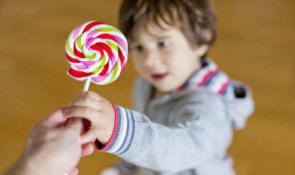 تفسير حلم توزيع الحلوى رؤية الحلويات في المنام