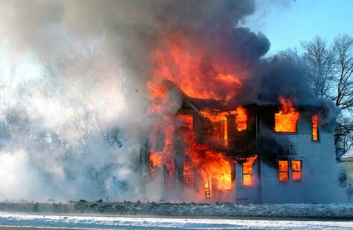تفسير احتراق المنزل في الحلم رؤية حريق البيت في المنام